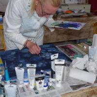 Kesäkuun maalauskurssilla luomassa taidetta